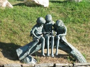 Kids at play statue - Arthur Chapman